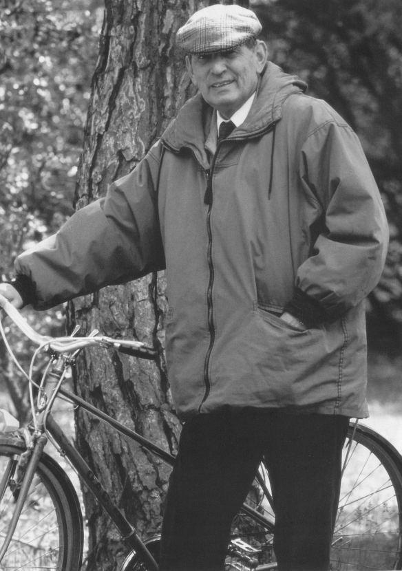 Miguel Delibes y su querida bicicleta, fotografía extraída de la Fundación Miquel Delibes